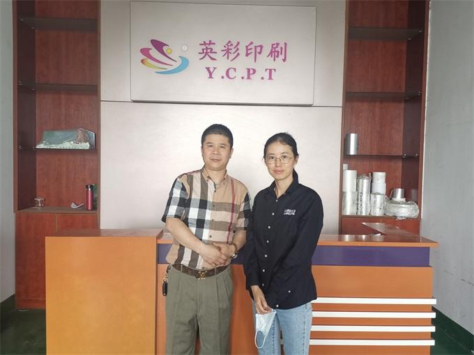 英彩印刷总经理樊凤仔(左)与本文作者王莎莎(右).jpg