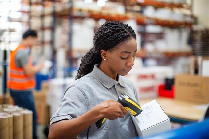 极强粘附力,轻松应对物流领域的各种包装面材,无论粗糙光滑牢牢粘附,确保标签信息完整如初.jpg
